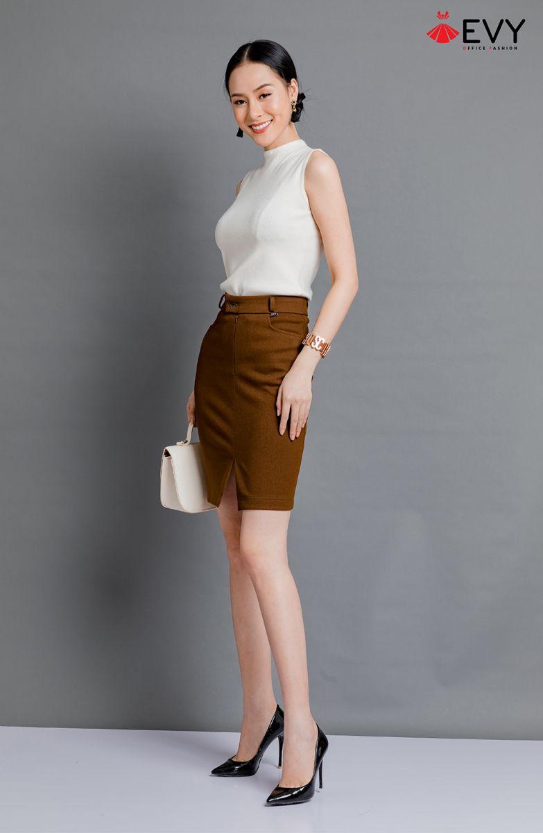 Chiếc chân váy bút chì đầu tiên được ra đời năm 1950 do nhà thiết kế Christian Dior  sáng tạo