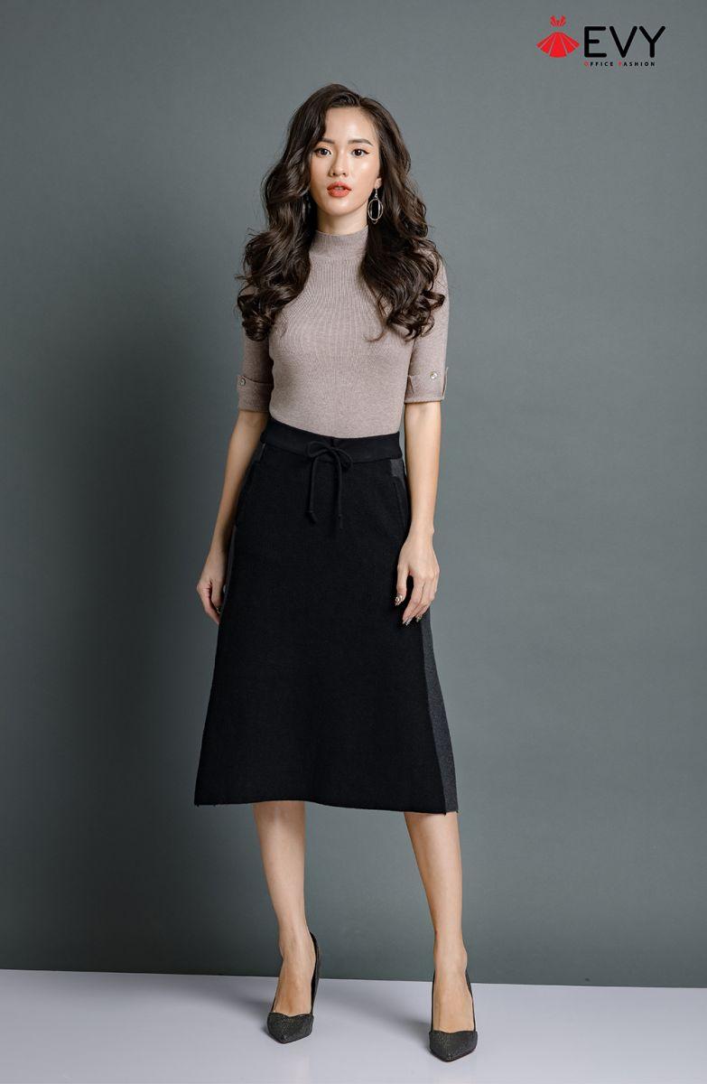 Chân váy chữ A dài được thiết kế với kiểu cạp cao, phần dưới hơi xòe